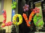 надпись из воздушных шаров LOVE люблю