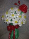 букет цветов ромашек из длинных шариков с улиткой
