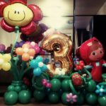 композиция из шаров, Маша, цифра три, цветы из шаров на полянке