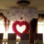сердце из шаров с пучками гелиевых шаров