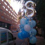 связка шаров на день рождения, цифра 8 лет, шарики голубые, синие, прозрачные с конфетти