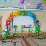 оформление зала шарами детского садика, арка из шаров в цветах, клумбы и букеты. шарики под потолком