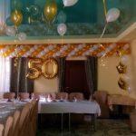 украшение зала шарами на 50 лет, гирлянда под потолок, цифра 50, шарики под потолок, цвет белый, золото