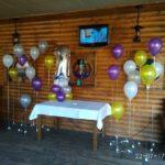 оформление зала шарами на детский день рождения, гелевые шарики на разном уровне на грузиках, цифра единичка