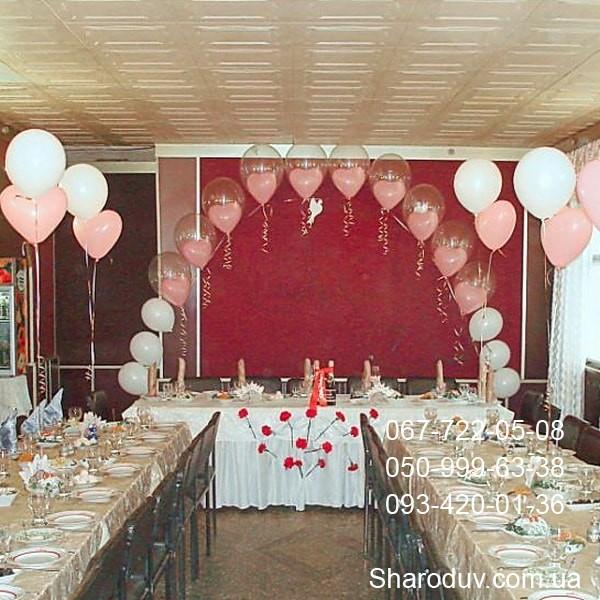 украшение зала шарами на свадьбу, арка из шаров сердце в прозрачном шаре, фонтаны из шаров на столах