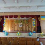 украшение сцены актового зала, цифры 2015, цветы, фонтаны из шаров