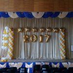 украшение сцены шарами на школьный выпускной, цифра 2017, колонны из шаров, фонтаны из шаров