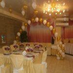 украшение зала шарами на свадьбу, арка из гелевых шаров на колоннах, шарики под потолком, цвет белый, золотой