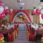 свадебное оформление зала шарами, два сердца из фольги, две арки из летающих шаров, фонтаны из перламутровых шаров