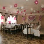 свадебное украшение зала шарами, сердце, гелевые шарики под потолок, цветы на шторы