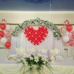 свадебное украшение зала шарами, сердце из шаров, фонтаны на пол из гелиевые шаров, цвет красный, белый, прозрачные шары с сердцами