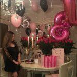 оформление зала шарами, цифра 18 фольга, летающие шары розовые, черные на серебрянных лентах