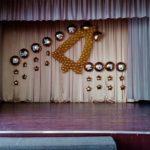 украшение сцены шарами, колокольчик, надпись на шарах