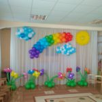 оформление шарами зала в детском садике, солнце, тучки, клумбы с цветами из шаров