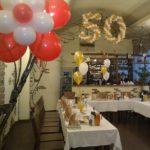оформление зала шарами на юбилей 50 лет, цифра 50 из шаров, фонтаны из гелевых шаров на стол, цвет из шаров