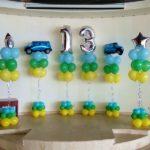 украшение сцены шарами в ресторане на день рождения 13 лет, цифра 13, фонтаны из шаров украшены фигурами машинок джип, звезды