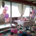 украшение зала шарами, девочке 5 лет, цифра 5, фонтаны из шаров со звездами из фольги