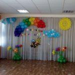 оформление шарами зала в детском садике, пчелка, солнце, тучки, клумбы с цветами из шаров