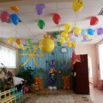 украшение зала шарами, кролик с цветами, цветы на стойках, шар сюрприз, гелиевые шарики под потолком