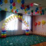 оформление зала шарами, арка из летающих шаров, цветы из шаров на стенах, гелиевые шарики под потолком
