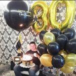 украшение квартиры шарами, цифра 30, золотые и черные шары, большой черный шар с надписью