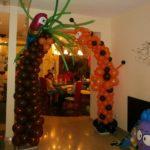 арка из воздушных шаров в виде пальмы с попугаем и жирафа