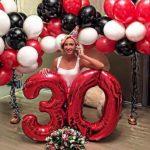 украшение квартиры шарами, цифра 30 красная, шарики черные, белые, красные