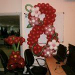 красная цифра 8 из воздушных шаров, высота 120см, 250грн/шт.