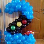 композиция из воздушных шаров, цифра два синяя, светофор и машинка