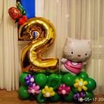 Композиция из шаров, цифра два, улитка, кошка Китти, располонаются на полянке с цветами 400грн за композицию