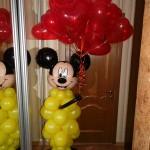 Микки держит шарики сердечки