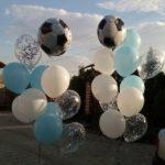 фонтан из белых, голубых, прозрачных шаров с конфетти с шариком футбольный мяч