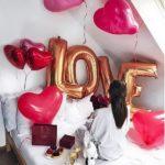 украшение комнаты девушки шарами, сердца, надписью LOVE