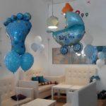 украшение кафе шарами, новорожденный мальчик, коляска синяя 240грн, ножка (стопа) 240грн , летающие шарики 38грн/шт.