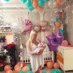 украшение комнаты новорожденного шарами, шары с гелием под потолок, воздушные шары на пол, коляска, большой шар с бахрамой