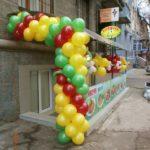 украшение шарами открытия магазина, гирлянда из шаров, цветы из шаров