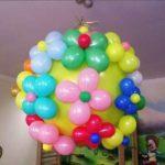 шар сюрприз украшенный цветами из шаров
