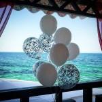 микс из белых и прозрачных шаров с фольгой