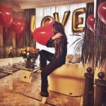 украшение комнаты шарами, сердца, надпись LOVE