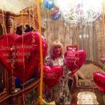 украшение комнаты шарами в форме сердца на день рождения мамы, надписи на сердцах любимая мамуля