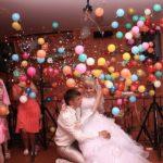 лопнувший шар сюрприз выпадают маленькие разноцветные шарики