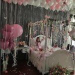украшение спальни девушки шарами с длинными лентами