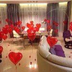 украшение комнаты шарами в форме сердец на разной высоте