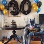 украшение мужской комнаты шарами к Д.Р., цифра 30, ходячая фигура Бэтмэн, фонтаны из шаров надутых гелием