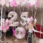 украшение зала шарами. Цифра 25 серебро, шарики под потолок белые, розовые, серебрянные