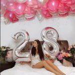 украшение квартиры девушки шарами на ДР. Цифра 28, летающие шарики белые, розвоые, малиновые, серебрянные