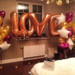 украшение комнаты шарами, надпись LOVE