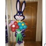 фигура из воздушных шаров фиолетовый заяц с букетом цветов