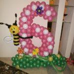 композиция из воздушных шаров, розовая цифра 6 с пчелкой на полянке с цветами