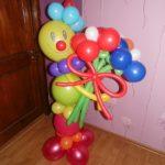 фигура из шаров клоун с букетом цветов
